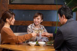レストランで食事する仲間