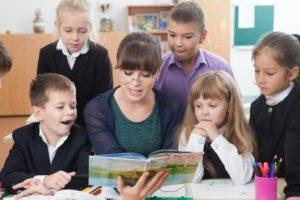 先生に集まる小学生