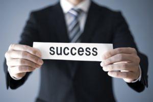 SUCCESSを掲げる男性