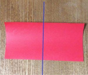 半分に折った赤い折り紙