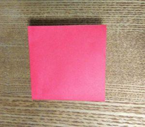 更に半分に折った赤い折り紙