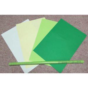 4色のB4版画用紙と棒状に丸められてテープで留められた新聞紙