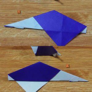 半分に折られた紫の折り紙の裏表