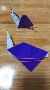 折る位置の指定がある紫の折り紙