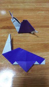 折る位置の指定の通り折った紫の折り紙