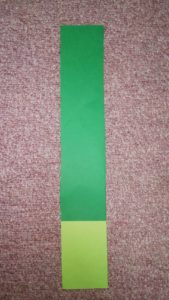 黄緑と緑の画用紙をくっつけたところ