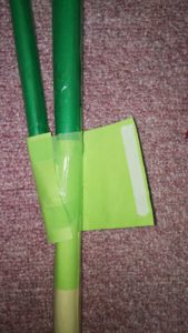 黄緑の画用紙を貼り付けられた新聞紙のネギ
