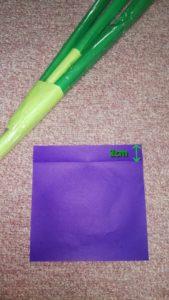 紫の折り紙と切る幅