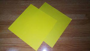 2枚の黄色い折り紙