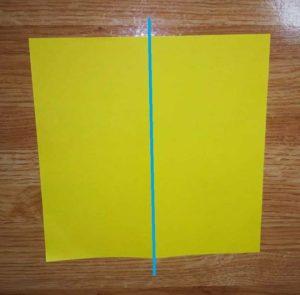 折りすじの入った黄色い折り紙