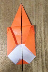 折ったオレンジ色の折り紙