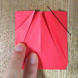 折られた一枚の赤い折り紙