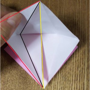 折ったピンクの折り紙