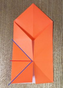 折っている途中のオレンジの折り紙