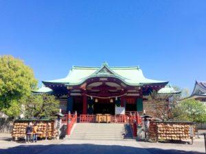 晴れの日の朱色の神社