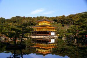 晴れた日の金閣寺