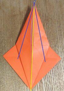 折ったオレンジの折り紙