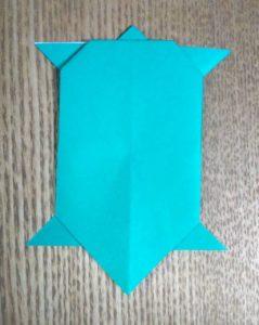 緑の折り紙のカメ
