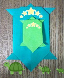 緑の折り紙の親子亀