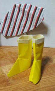 折り紙でできた長靴2足と千代紙で作った傘