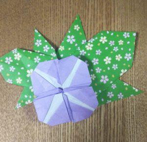 紫の折り紙で作った朝顔