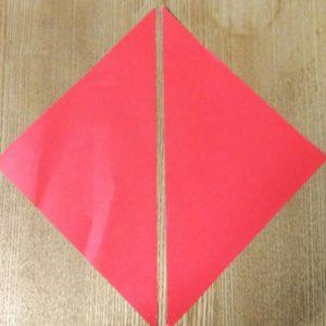 半分に切られた赤い折り紙