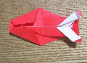 赤い折り紙で作ったエビの胴体