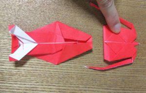 赤い折り紙で作ったエビの胴体と頭