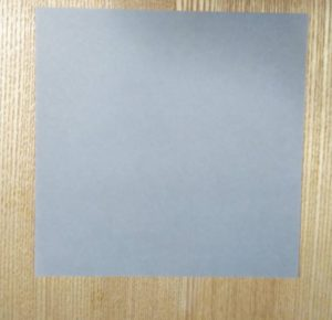 灰色の1枚の折り紙