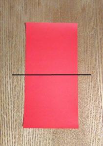 半分に切られた1枚の赤い折り紙