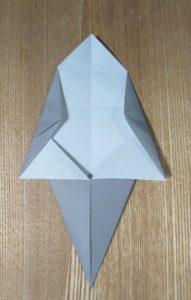 折られた灰色の1枚の折り紙