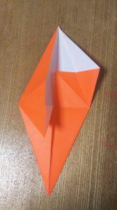 折られたオレンジの折り紙