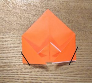 一枚の折ったオレンジの折り紙