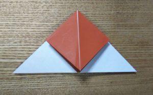 折られた一枚の茶色の折り紙