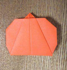 オレンジの折り紙で作ったかぼちゃ