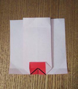 半分に切って折られた赤い1枚の折り紙