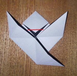 折った黒い一枚の折り紙