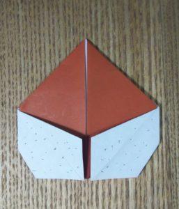 一枚の茶色の折り紙で作った栗