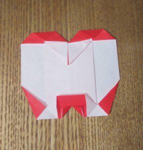 半分に切り、折られた1枚の赤い折り紙