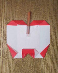 赤い折り紙で作ったリンゴ