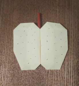 クリーム色の折り紙で作った梨