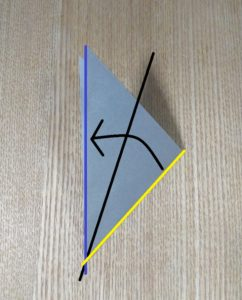 折られた灰色の折り紙