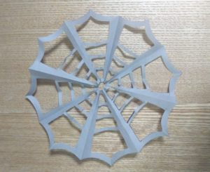 灰色の折り紙で作ったクモの巣