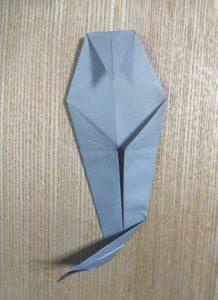 折った一枚の灰色の折り紙