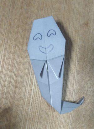 灰色の折り紙で作ったオバケ