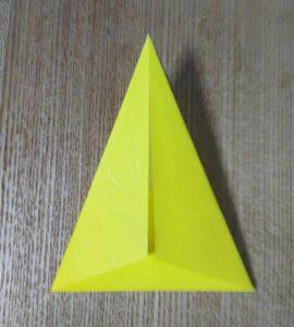 折った一枚の黄色い折り紙