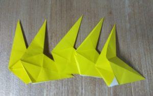 折った5枚の黄色い折り紙