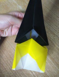折った1枚の黄色い折り紙と黒い折り紙
