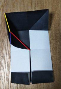 折った一枚の黒い折り紙