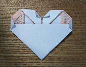 折り紙で作ったネクタイ付きのハート